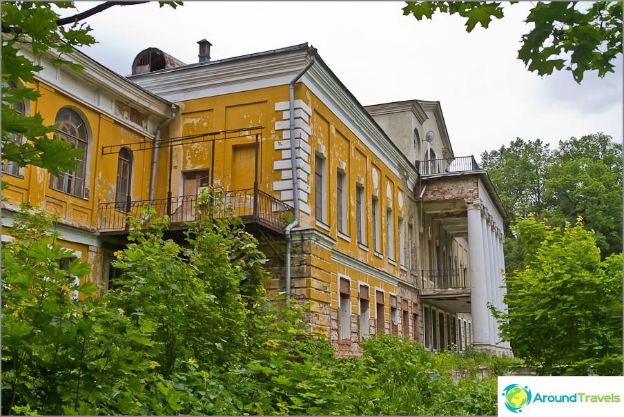 Kartanon päärakennus Sukhanovo
