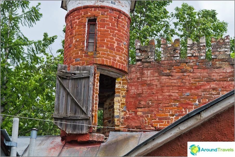 Tornin yläosassa kuin linna
