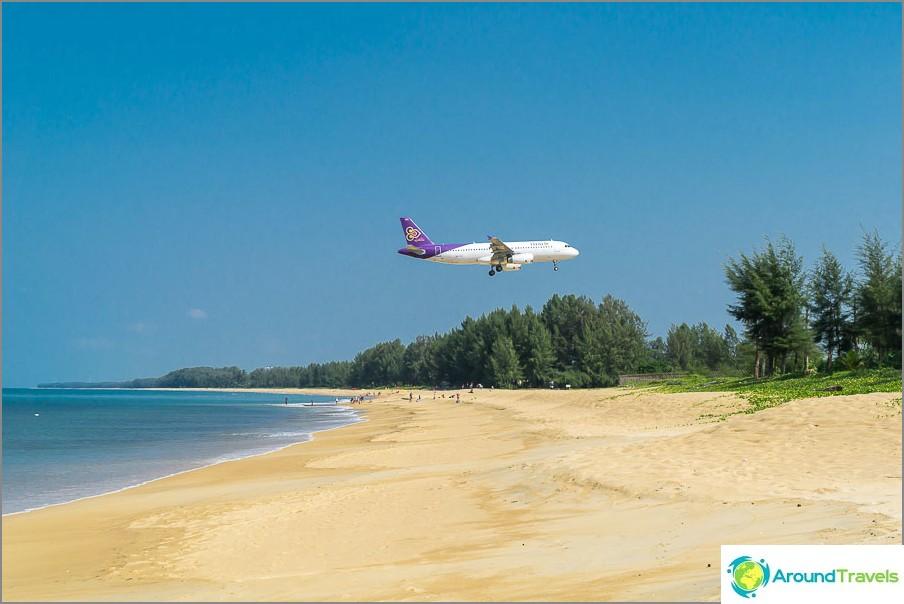 Mai Khaon ranta lentokoneilla lähellä lentokenttää