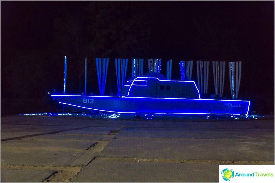 Monumentti - poliisivene, joka kantoi tsunamin kaukana rannikosta