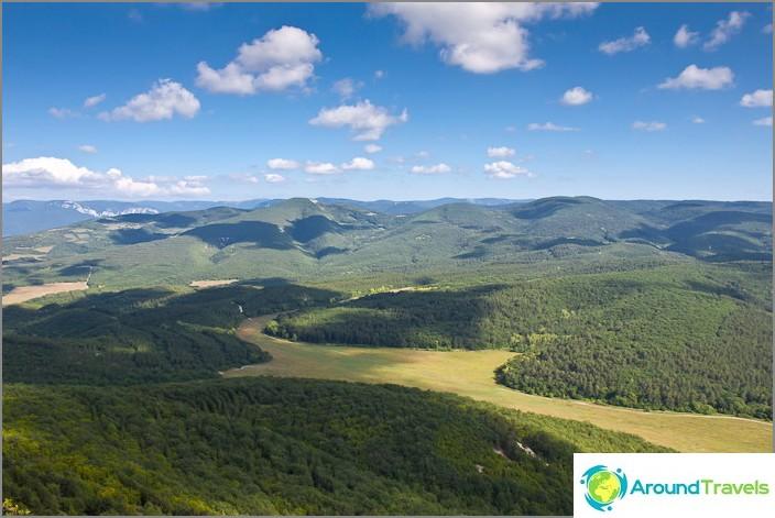 Näkymä Yuzik-Khayan kallioilta. Krimin.
