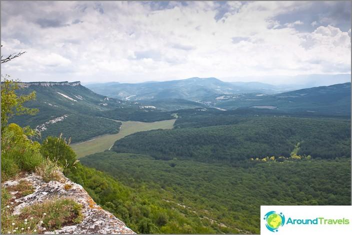 Näkymä Mangup Kalen luolakaupungista. Krimin.