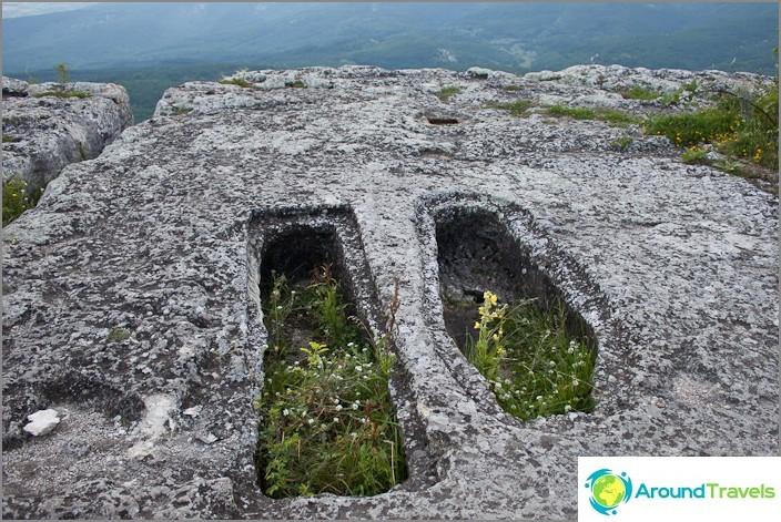 Hautoja Mangup Kalen luolakaupungissa. Krimin.