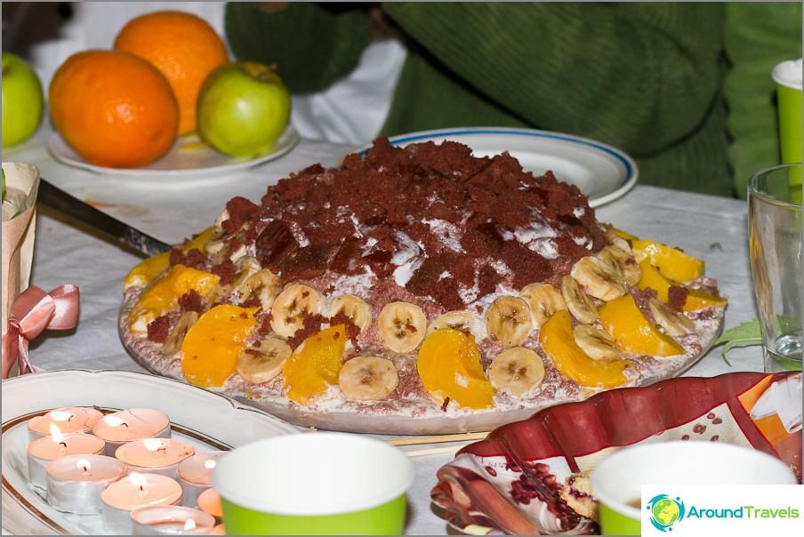 Kakku on melkein raakoja, kiinteitä hedelmiä ja smetanaa