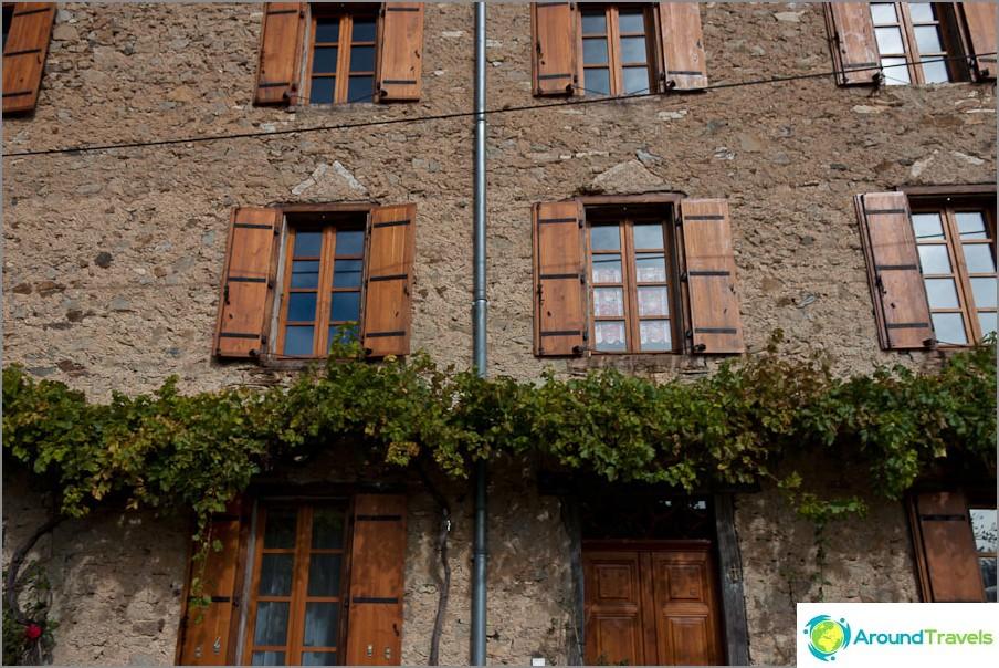 Щорите на прозорците са много типично явление във Франция.