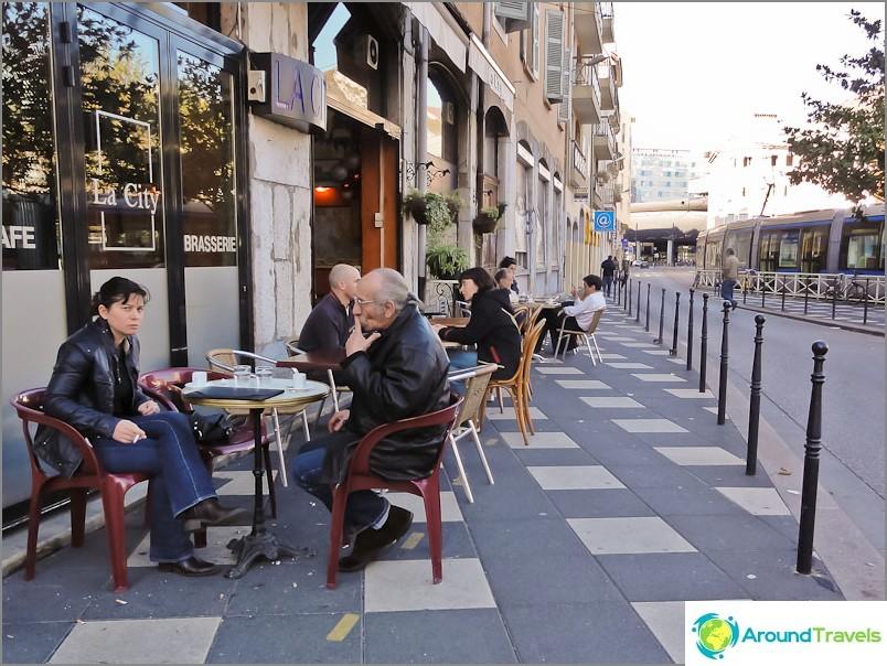 Френски - любовници да седят в кафене