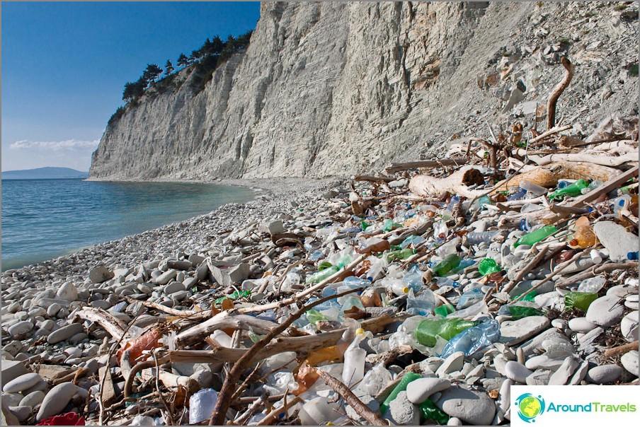 Боклуци по дивите плажове на Черно море