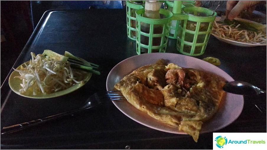 Pad Thai Thai-kahvilakahvilassa Chiang Mai 30 bahtia