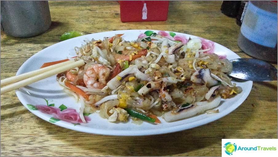Pad Thai Changin saarella 50 bahtia, läheisessä kahvilassa, mutta rannalla - jo 100 bahtia