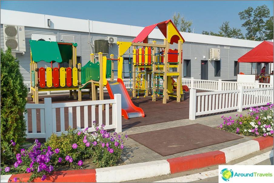 Hyvin tehty Lukoil - monissa huoltoasemissa on leikkipaikkoja ja välipalapöytiä