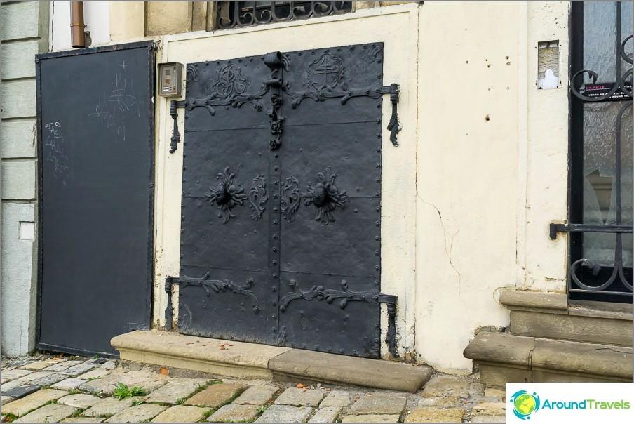 Tavallinen ovi tuollainen
