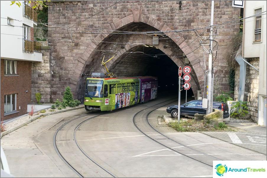 Linnan alla on tunneli, jonne raitiovaunu kulkee