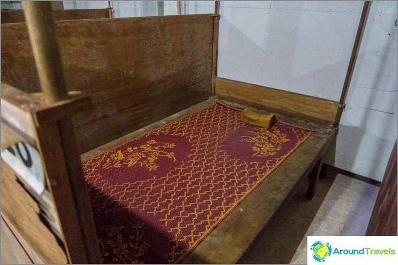Моето дървено легло с рогозка