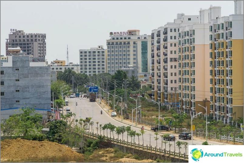 Rakennusten korkeus on yleensä korkeampi kuin Thaimaassa