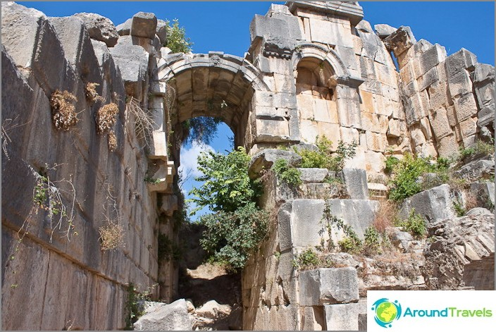 Трезенти на амфитеатъра в град Мира. Турция.