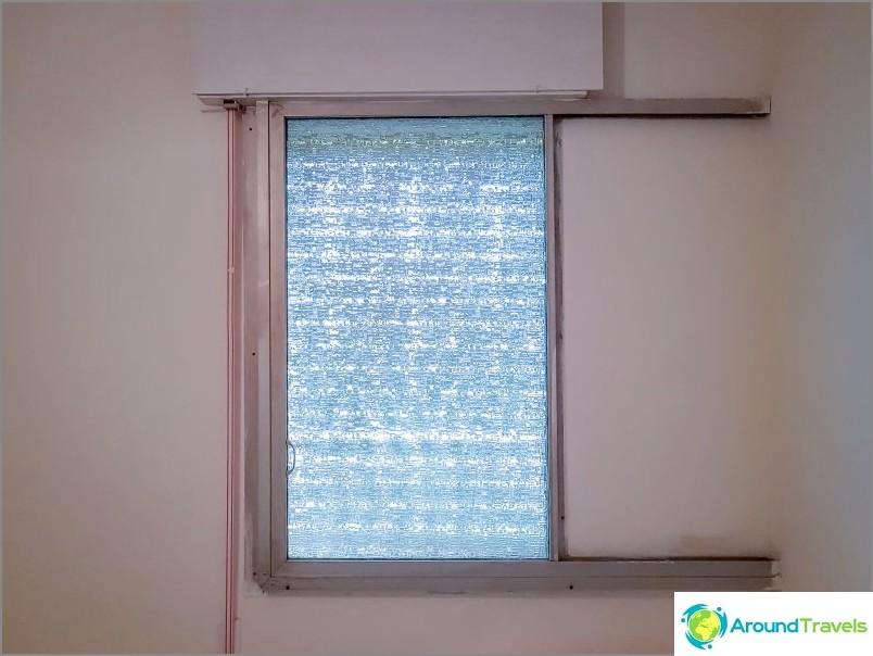 Liukuvat ikkunakehykset rakoilla