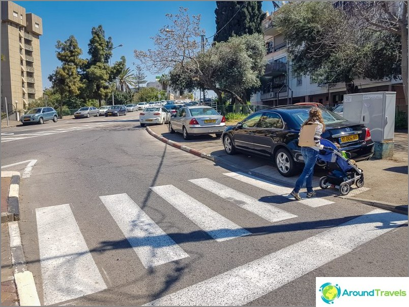 Autot seisovat usein jalkakäytävillä estäen kaiken