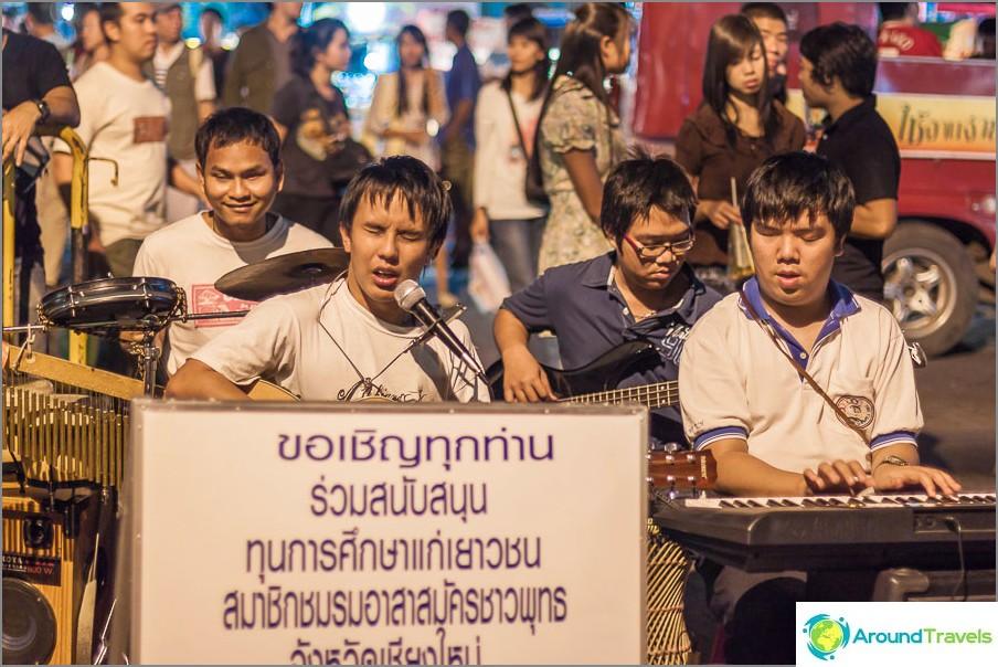 Pojat ansaitsevat rahaa Chiang Maissa vaikeuksista huolimatta!