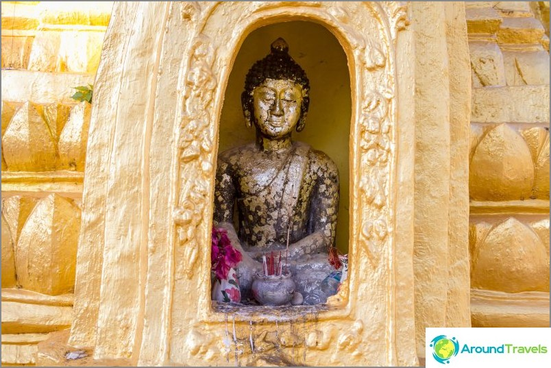 Buddha istuu kapeissa