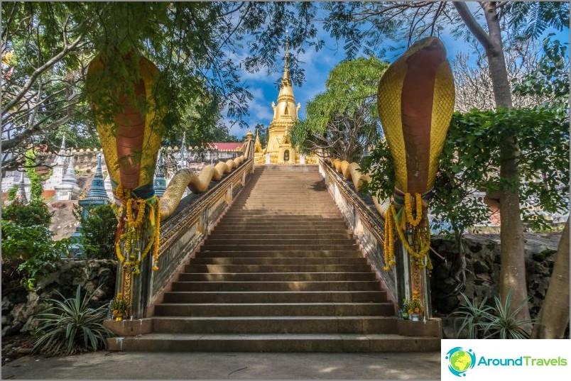Portaat pagodasta mereen, oikealla ja vasemmalla - hautausmaa