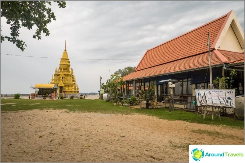 Lam So Pagoda ja oikealla ovat munkkien taloja.