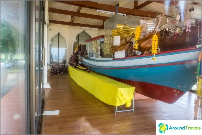 Talo, jossa vene ja patsas munkki