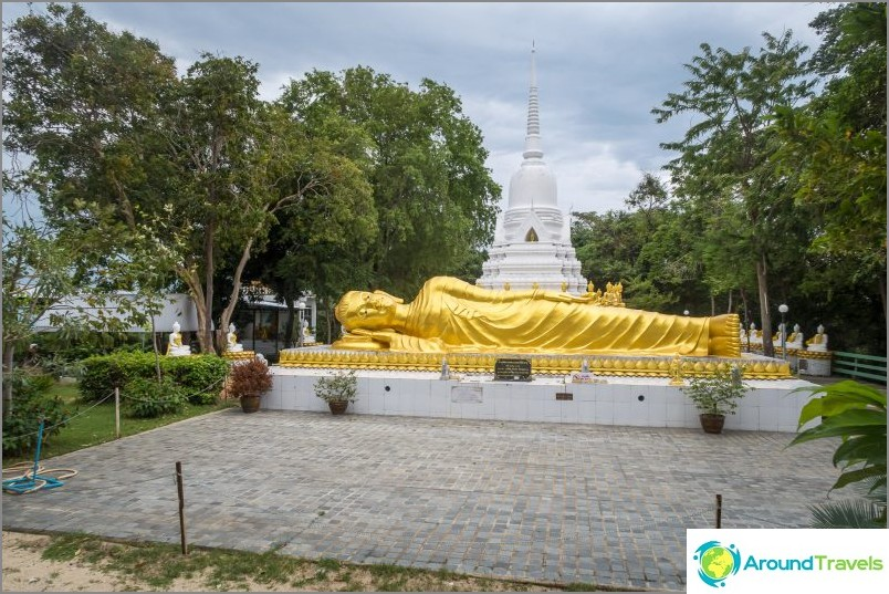 Vauva Buddha-pagodi lepotuolien takana