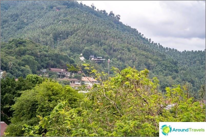 Популярната гледна точка Lamai също се вижда от тук.