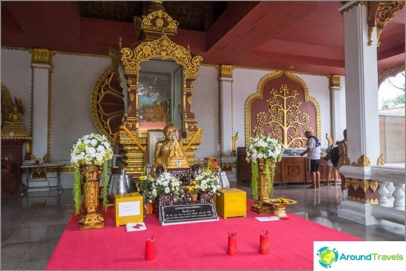 Keskellä on lasi-sarkofagi, ja munkki vie yleensä oikealleen
