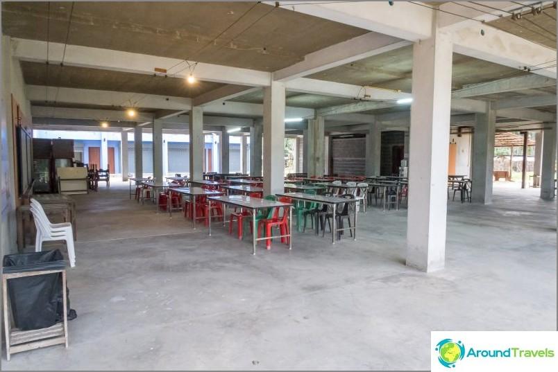 Rakennuksen alaosa on tarkoitettu yhteisökokouksiin ja aterioihin