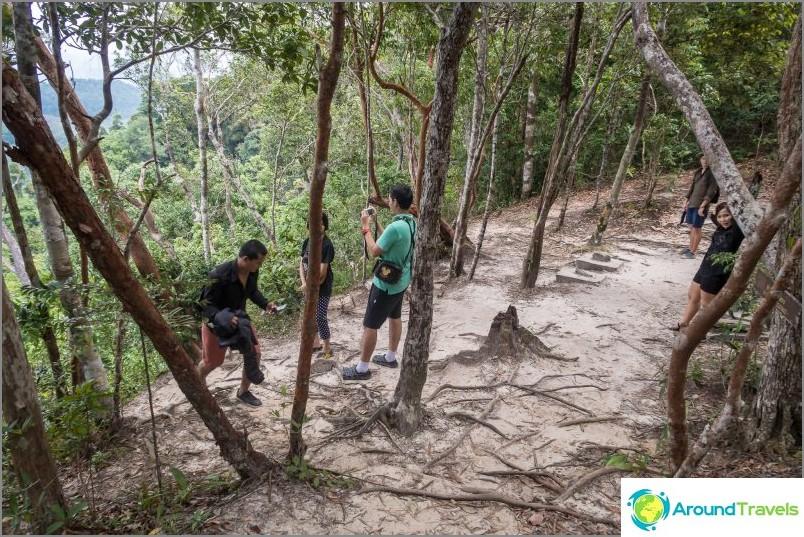 Polku kulkee vasenta rinnetta pitkin, näkymä Phang Ngan lahdelle