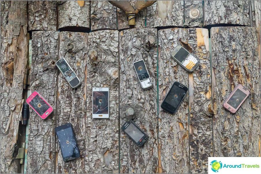 Телефони приковани към вратата на тоалетната