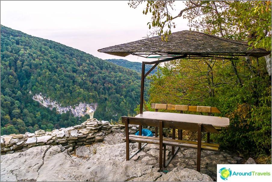 Целогодишно кафе в планината на скала и гледка
