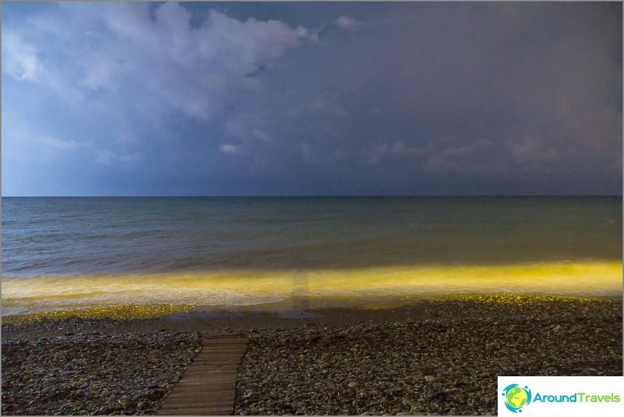 Нощното море по време на светкавица от мълния и сянката ми