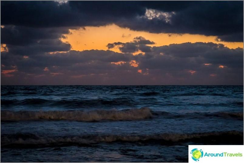 Meri, myös illalla, yöllä on miellyttävää