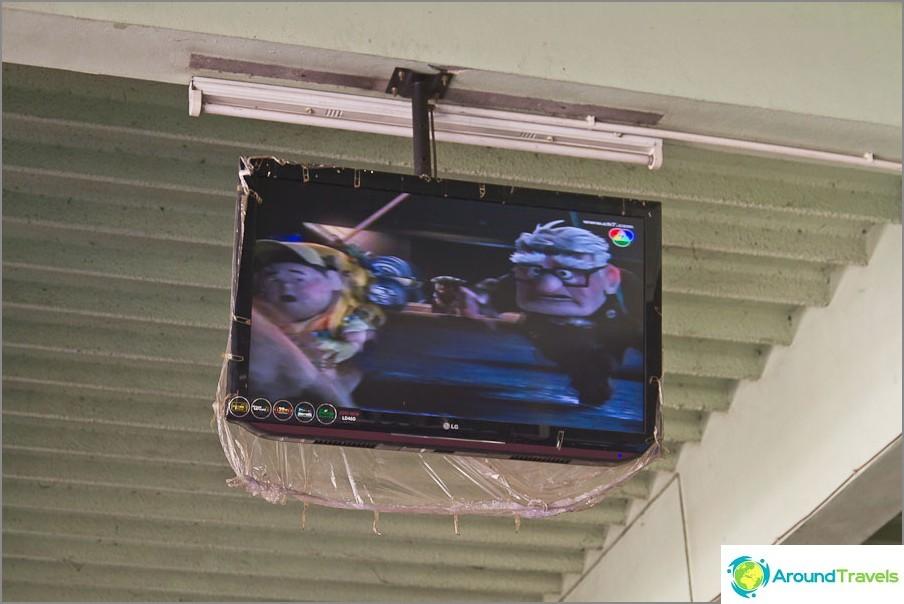 LCD-televisio pienessä kaupungissa linja-autoasemalla