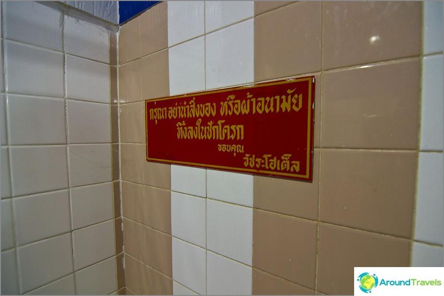 Kirjoitus wc: ssä thaimaalaisena, he eivät odottaneet täällä englanninkielisiä