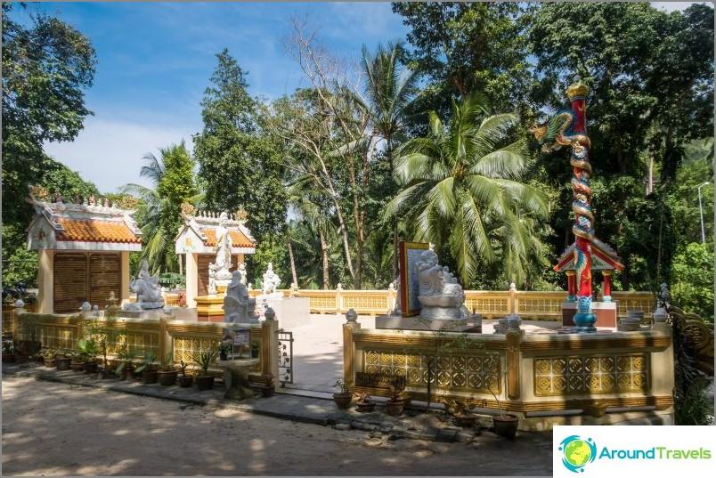 Wat Paa Sang Tham Phanganissa - uudessa buddhalaisessa temppelissä