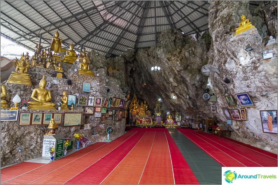 Temppeli sijaitsee kallion sisällä ja on peitetty keinotekoisella katolla.