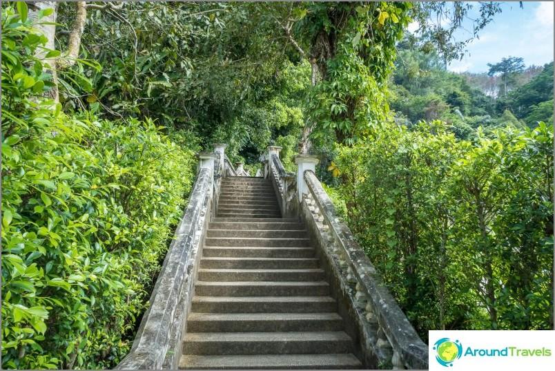 Menemme vesiputoukselle portaiden kautta