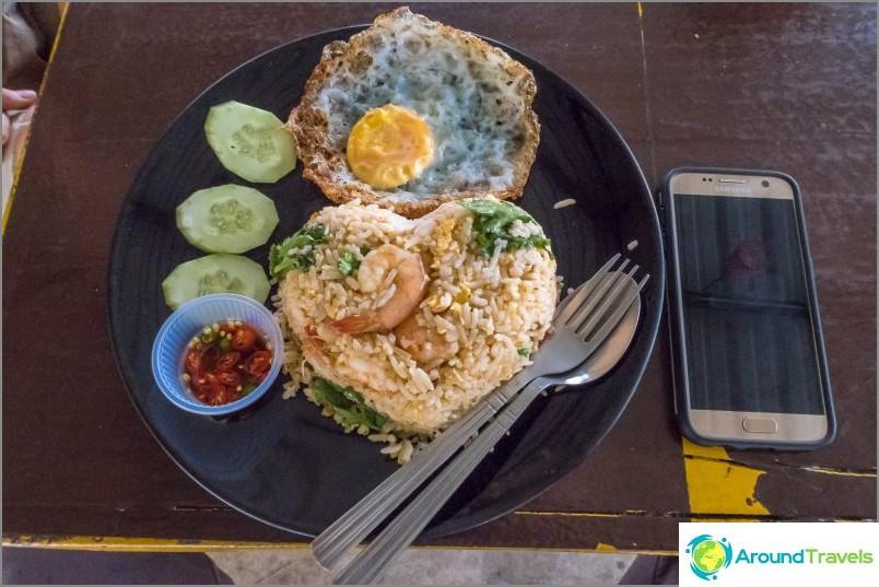Разбира се, в едно от селата имаше тайландско кафене, където обядвах