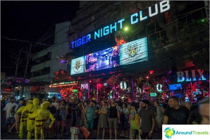 Bangla Road Phuketissa - Patong-katu seurojen ja prostituoitujen kanssa