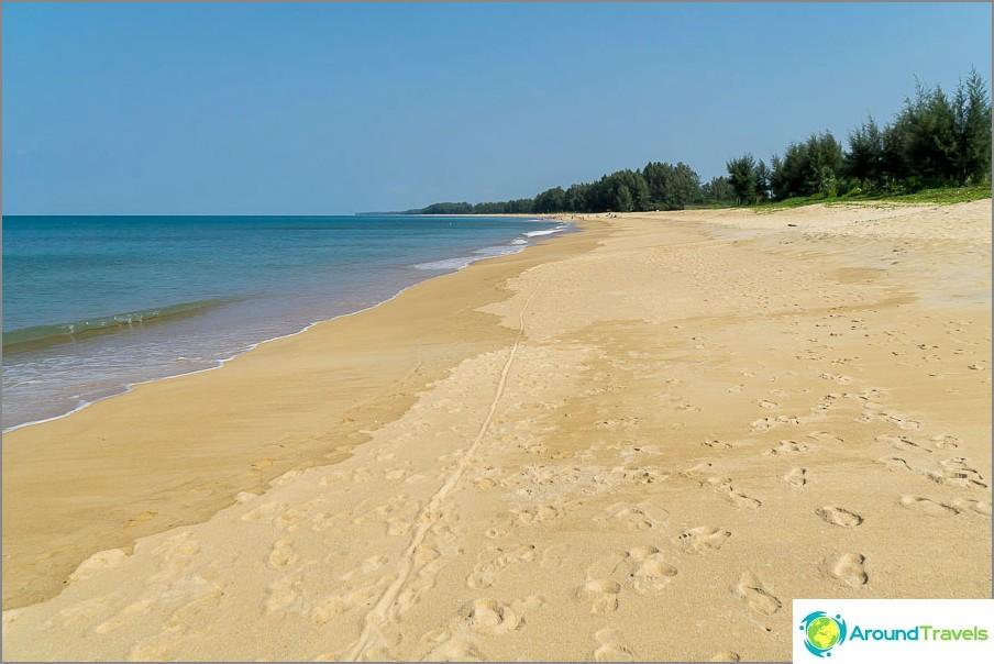 Tämä on sama ranta lentokoneiden kanssa Phuketissa.
