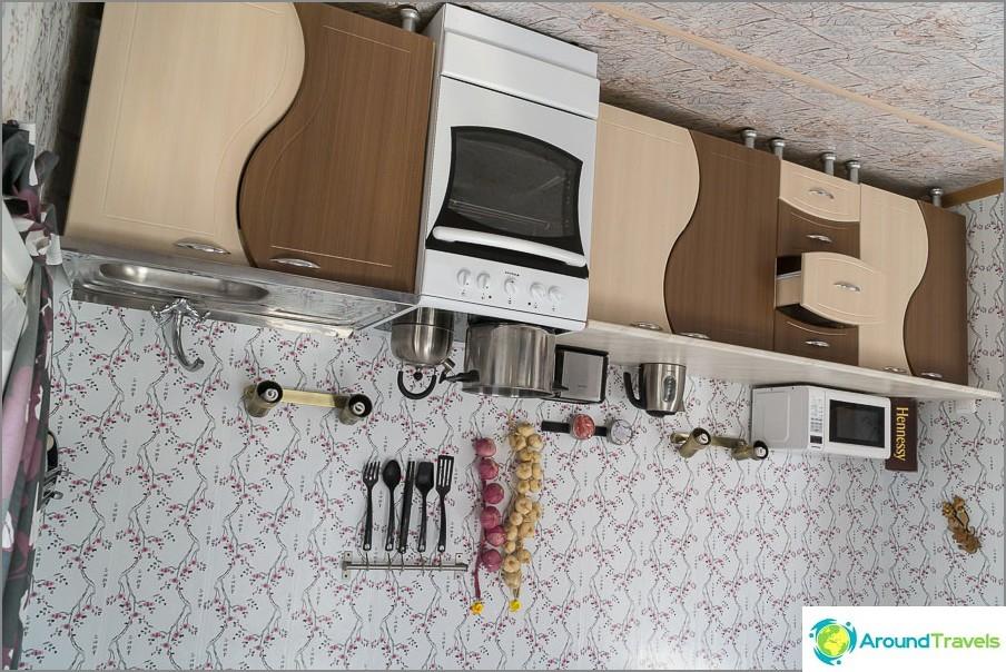 Кухнята в преобърнатата къща е истинска