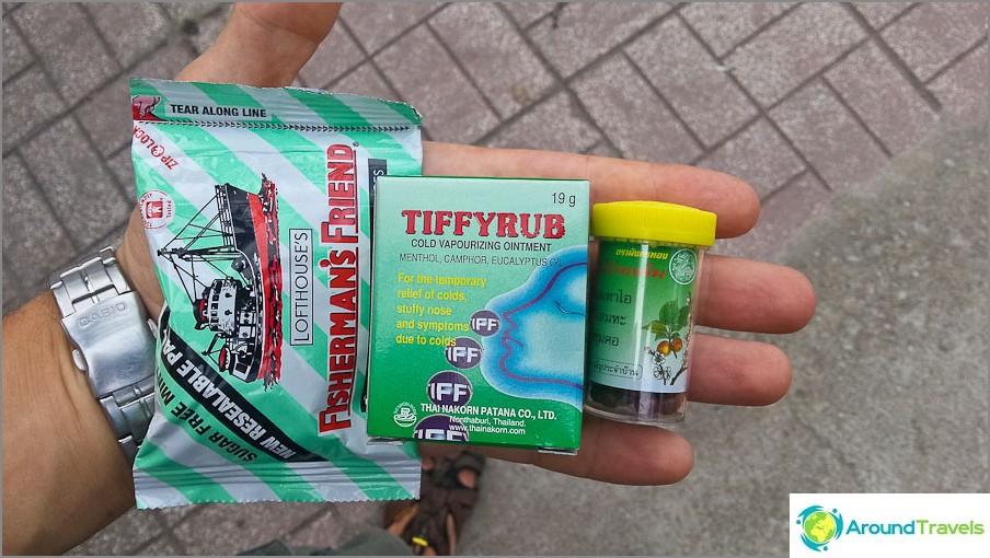 Отляво надясно: таблетки за гърло, евкалиптов мехлем за настинки, мукалтинови топчета