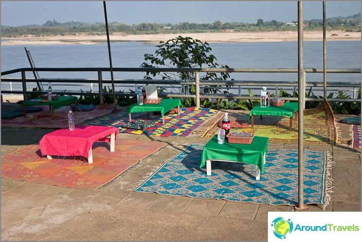 Kahvila Mekong-joen rannoilla