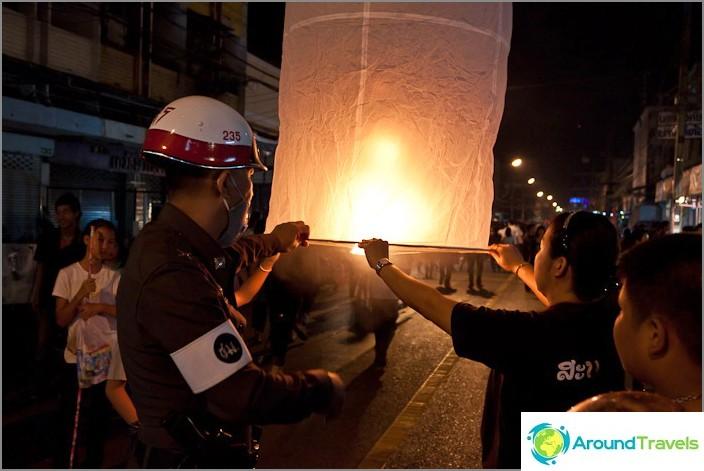 Poliisi auttaa valojen oikeassa laukaisussa