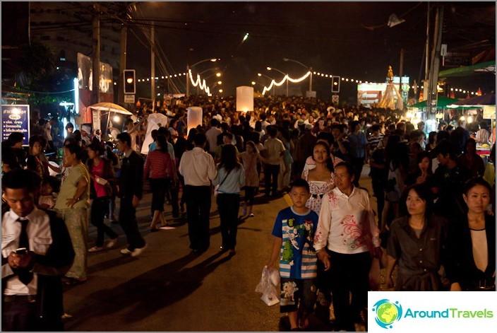 Koko väkijoukko kävelee yhdessä ja käynnistää taskulamput
