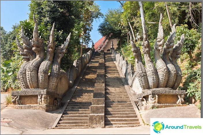 Portaikko näkökulmasta ja buddhalaisia temppeleitä.