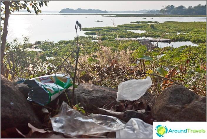 Roskaa Chiang Saen -järven rannalla